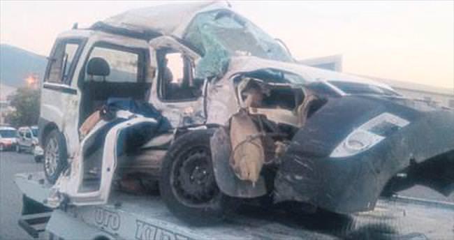 Kamyonun çarptığı araçtaki 3 kişi öldü