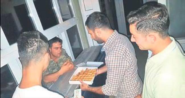 Manisa'da polis ve askere baklava jesti