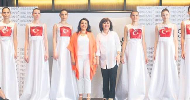 Mankenler Türk bayrağıyla yürüdü