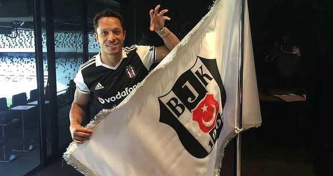 Beşiktaş'ta Adriano imzayı atıyor