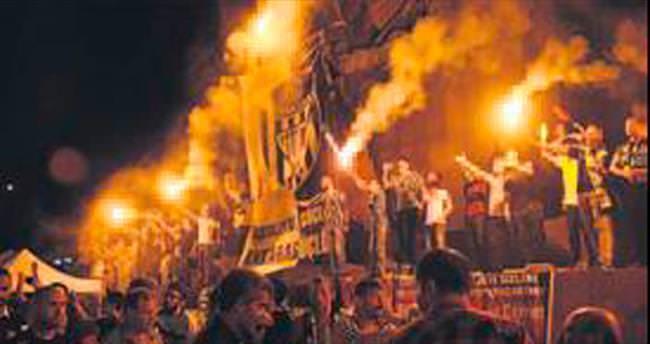 Sarı-lacivertliler de demokrasi nöbetinde