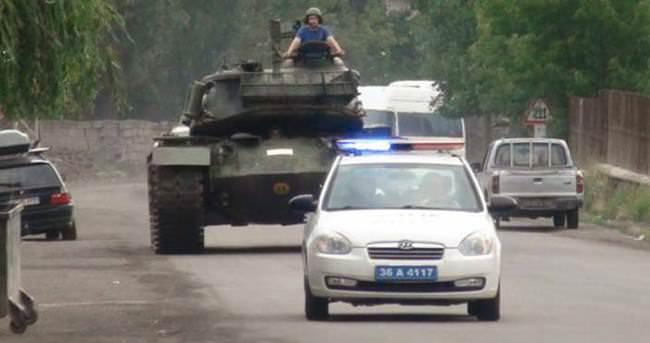Darbecilerin tankı, polis eskortu eşliğinde kışlaya döndü