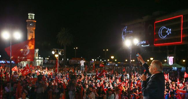 İzmirliler Konak Meydanı'ndaki demokrasi nöbetini sürdürdü