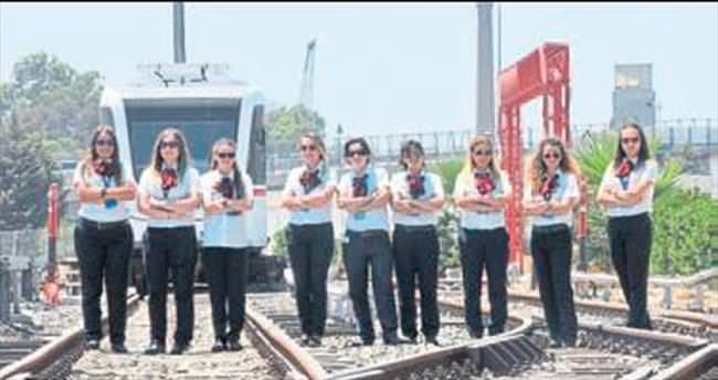 Rayların melekleri İzmirlileri taşıyor