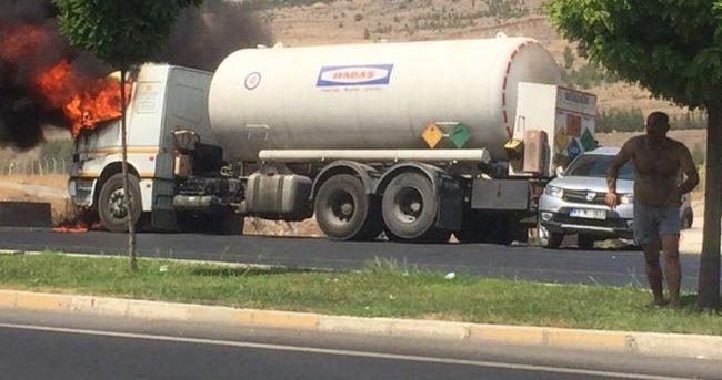 Alev alan tankerin sürücüsü ölümden döndü