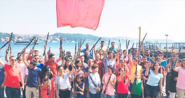 100 klarnetle İstiklal Marşı