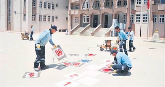 500 okulun bahçesine çocuk oyunları çiziliyor