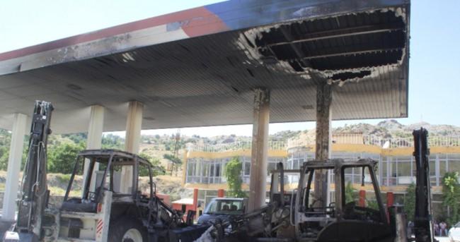 Hakkari'de PKK'lılar iş makinelerini ateşe verdi