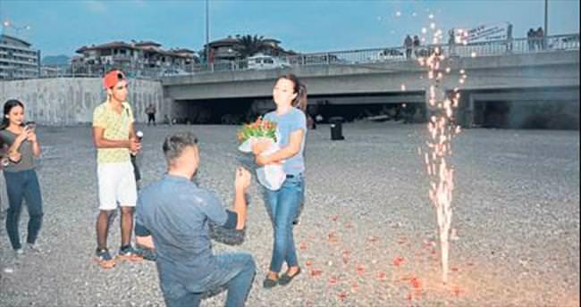 Konyaaltı sahilinde evlilik teklif etti