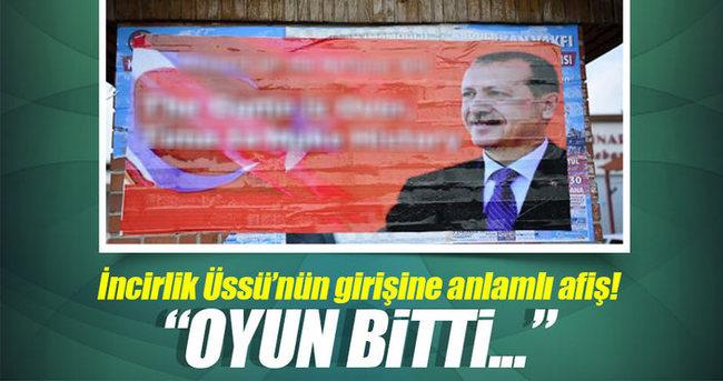 İncirlik girişine İngilizce, 'Ulusal iradeye saygı' afişi