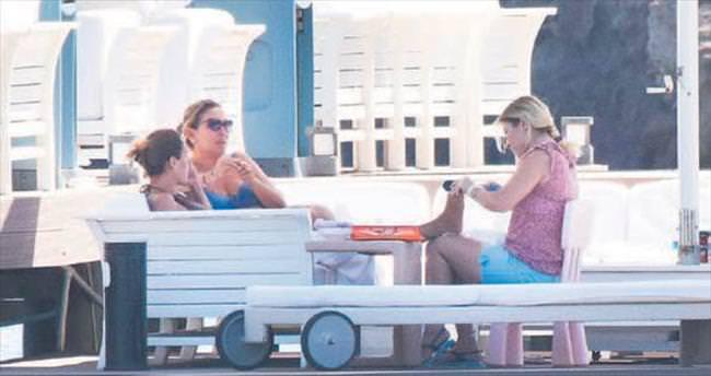 Anne-kız plajda manikür-pedikür yaptırdı