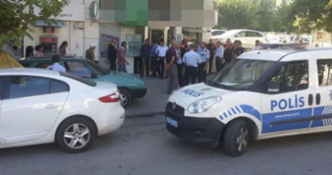 Güvenlik görevlisi banka çalışanlarını rehin aldı