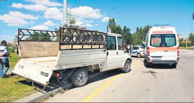 Çubuk'ta ambulans ile kamyonet çarpıştı: 6 yaralı