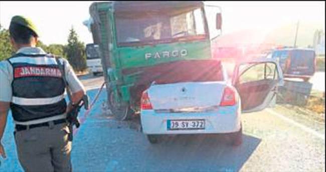 Otomobille kamyon çarpıştı, 3 kişi öldü