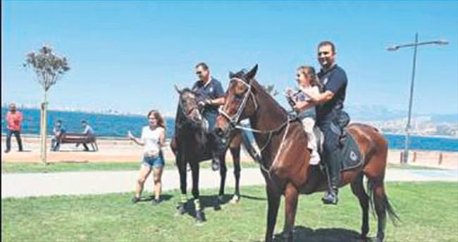 Kordon'da atlı polislere ilgi