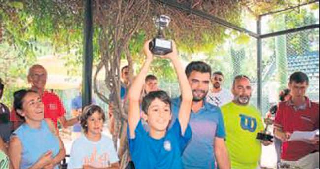 Genç tenisçiler kupa kaldırdı