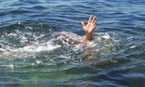 Çaya düşen torununu ve kızlarını kurtarmak isterken boğuldu