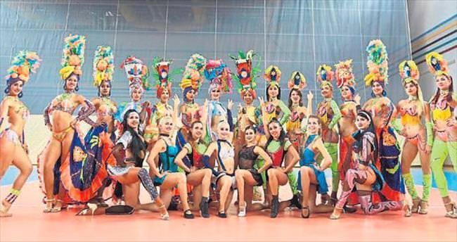 Kübalı dans grubu şovuyla büyülüyor