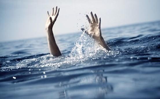 Dev dalgaların arasında kalan eşini ölümden kurtardı