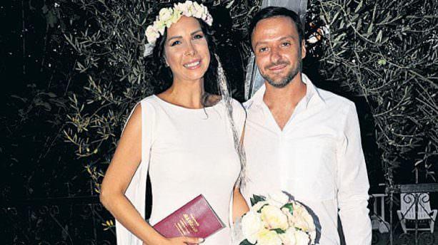 Güzel şarkıcı menajeriyle evlendi!