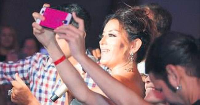 Aşkın Nur Yengi ile selfie yarışı