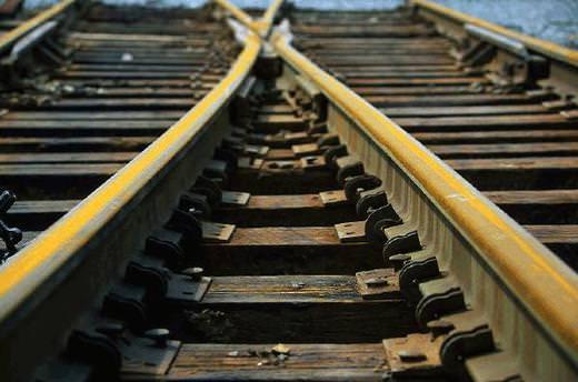 Trenin üzerinde özçekim yaparken elektrik akımına kapıldı