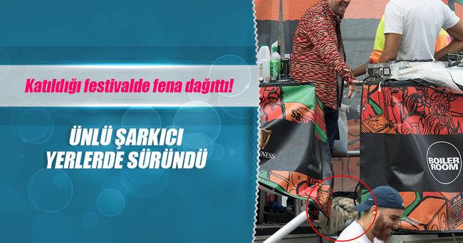 LİLY ALLEN KATILDIĞI FESTİVALDE YERLERDE SÜRÜNDÜ