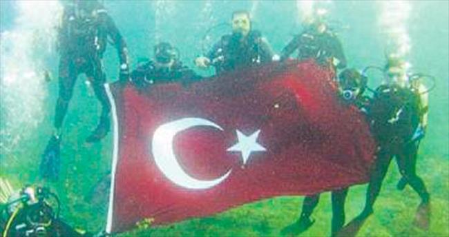 Denizin dibinde bayrak açtılar