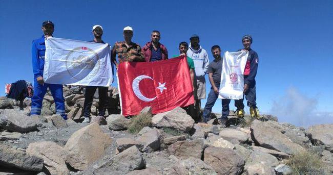 Hakkarili dağcılar İran'ın Sabalan Dağı zirvesinde Türk bayrağı açtı