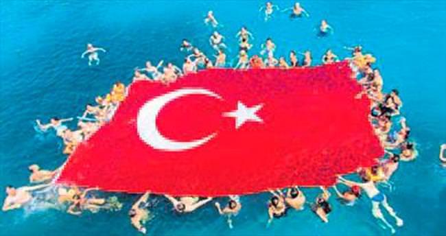 Denizde dev Türk bayrağı açtılar