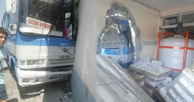 Freni boşalan minibüs duvara çarptı: 7 yaralı