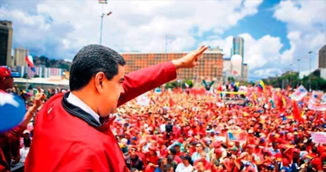 Venezüella halkı sokakta