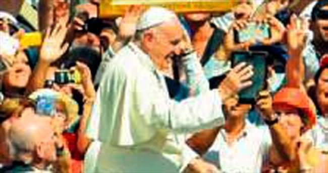 Rahibe Teresa'nın azizelik töreninde evsizlere pizza
