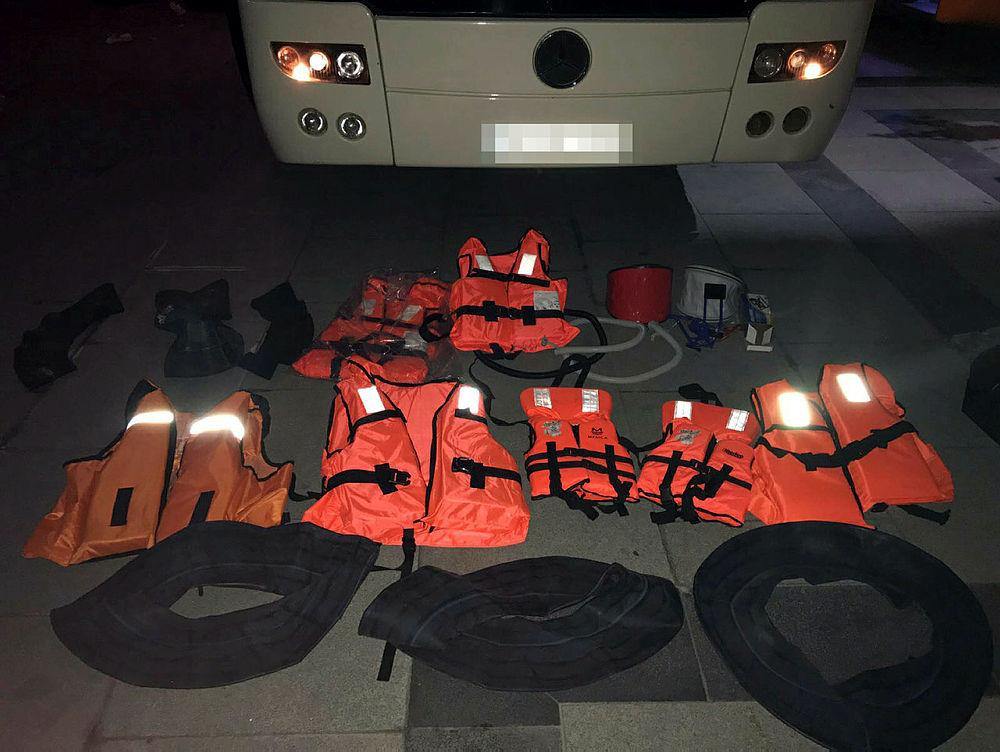 Fatih'te durdurulan 2 otobüsten 163 kaçak göçmen çıktı