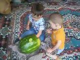 Çocuklardan özel karpuz yeme taktikleri