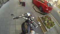 �evreye duyarl� motorsikletli k�z