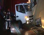 Kontrolü kaybeden kamyon eve girdi