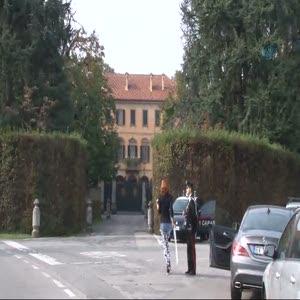 Efe Bal Silvio Berlusconi'nin kapısında