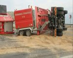 Madendeki suyu boşaltacak özel araç devrildi