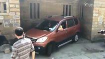 Koca arabayı daracık yere parketti
