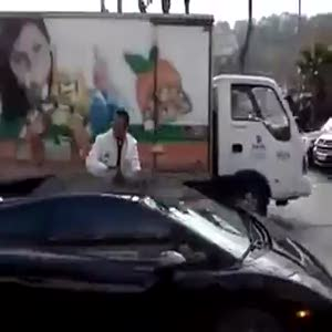 İstanbul trafiğinde Lamborghini itekleyen insanlar