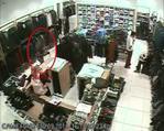 Mağazadaki hırsızlık anı kamerada