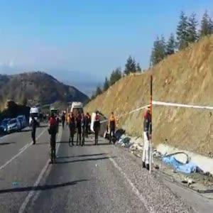 Minibüs takla attı: 15 ölü 27 yaralı