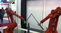2 robot kılıçlarla savaşıyor