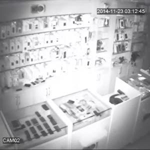 Kamuflajlı hırsız güvenlik kamerasında