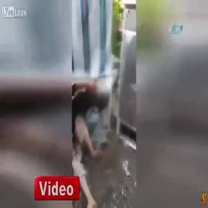 Buzdolabına kafa atan adam