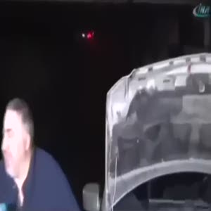 Arabası sular altına gömülünce gülme krizine girdi