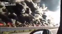 Tankerden dökülen yakıt yol boyunca yangına sebep oldu