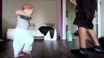 Babasıyla dans yarışı yapan bebek