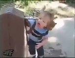Minik kızın çeşmeden su içme çabaları